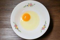 Sprucket ägg i den vita bunken Fotografering för Bildbyråer