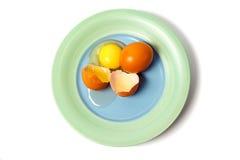 Sprucket ägg på plattan Royaltyfri Fotografi