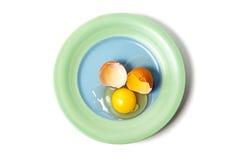 Sprucket ägg på plattan Arkivfoto