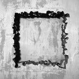 Sprucket brutet h?l f?r m?rker i betongv?gg royaltyfria bilder