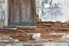 Sprucket gammalt tegelstenvägg och fönster Royaltyfri Bild