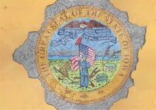 Sprucket hål med för Alabama för USA-stat abstrakt begrepp för flagga skyddsremsa i fasad Arkivbild