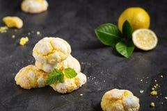 Sprucket rynka citronkakor, på mörk bakgrund arkivfoton