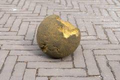 Sprucket vagga bollen på gatan Royaltyfria Bilder