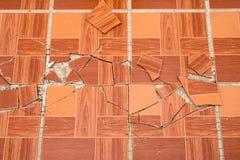 Spruckna bruna fyrkantiga tegelplattor Sprickaträtexturband royaltyfri bild