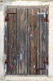 Spruckna gamla fönsterrullgardiner Arkivbild
