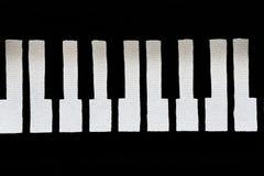Spruckna och bräckliga pianotangenter arkivbild