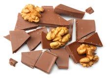 spruckna sötsaker för chokladgodisar med muttrar som isoleras på bästa sikt för vit bakgrund Arkivfoto
