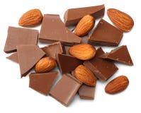 spruckna sötsaker för chokladgodisar med muttrar som isoleras på bästa sikt för vit bakgrund Royaltyfria Foton