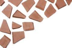 spruckna sötsaker för chokladgodisar som isoleras på bästa sikt för vit bakgrund Royaltyfri Bild