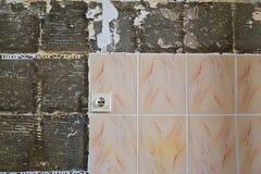 Spruckna tegelplattor Arkivbilder