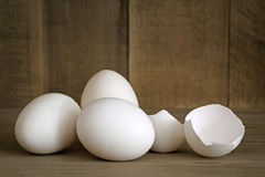 Spruckna vita ägg som är hela och Arkivbilder