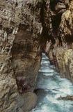 Sprudelnder Strom fließt abgefressenen Felsen in Partnachklamm-Schlucht im Bayern, Deutschland durch Lizenzfreies Stockfoto