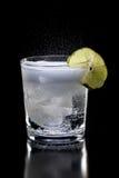 Sprudelndes Getränk mit Kalk. Stockfotografie