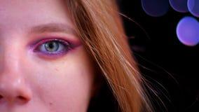 Spruit van het close-up de halve gezicht van jong aantrekkelijk Kaukasisch wijfje dat met roze mooie make-up camera bekijkt stock videobeelden