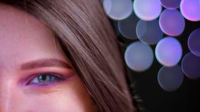 Spruit van het close-up schittert de halve gezicht van jong aantrekkelijk Kaukasisch wijfje met roze mooi roze make-up met donker stock videobeelden