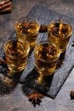 Spruitglas alcoholische dranken met steranijsplant en kaneel royalty-vrije stock afbeelding