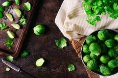Spruitjes in een aluminium panvoorbereiding voor baksel Stock Foto's