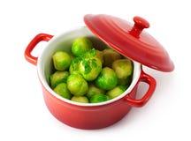 Spruitjes en kruiden in de pan Stock Foto