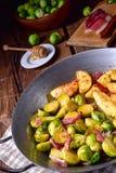 Spruitjes met ham, honing en geroosterde aardappels Stock Fotografie