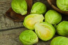 Spruitjes op oude houten lijst Thuiswerk verse groenten Het kweken van groenten op het landbouwbedrijf Het voorbereiden van Veget Royalty-vrije Stock Foto
