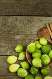 Spruitjes op oude houten lijst Thuiswerk verse groenten Het kweken van groenten op het landbouwbedrijf Het voorbereiden van Veget Royalty-vrije Stock Fotografie