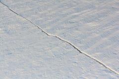 Sprung auf dem Schneefluß Stockbild