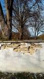 Sprung in der Friedhofswand Stockfotos
