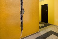 Sprung in der Wand des Wohngebäudes Gelbe Wand im Eingang Stockbild