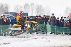 Sprung des Sportlers auf Schneemobil fahrung lizenzfreies stockfoto