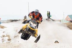 Sprung des Sportlers auf Schneemobil fahrung stockfotografie