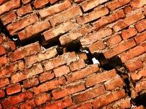 Sprung in einer Wand von einem Ziegelstein Lizenzfreie Stockfotos