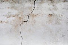 Sprung in einer weißen Wand stockfotos
