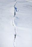 Sprung im Eis bedeckt mit Schnee Lizenzfreie Stockfotos