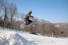 Sprung von Snowboarder Stockfoto