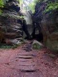 Sprung zwischen Felsen am SiewenschlÃ-¼ FF auf der Mullerthal-Spur in Berdorf, Luxemburg Lizenzfreie Stockfotografie
