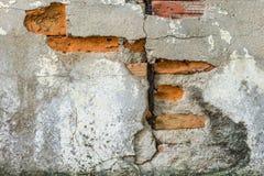 Sprungsbacksteinmauer Stockfotos