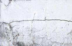Sprungsbeschaffenheit auf weißem altem Zementwandhintergrund Stockbilder
