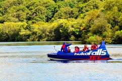 Spruta ut fartyget med turister nära Huka nedgångar i Taupo - Nya Zeeland Arkivbild