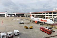 Spruta ut vägen från terminalen till Boeing 737 flygplan på Don Mueang Inter Arkivbild