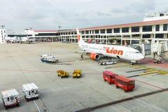 Spruta ut vägen från terminalen till Boeing 737 flygplan på Don Mueang Inter Fotografering för Bildbyråer