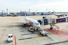 Spruta ut vägen från terminalen till Boeing 737 flygplan på Don Mueang Inter Royaltyfria Foton