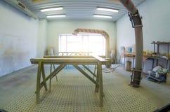 Sprutmålningsfärgkabinett i en bilreparationsstation arkivbild