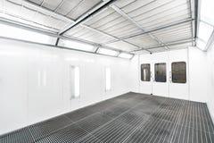 Sprutmålningsfärgkabinett i en bilreparationsstation Tjänste- begrepp för automatisk Högkvalitativ målning av medel i ett rum med Royaltyfria Foton