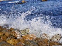 Spruzza dalle onde del mare Immagini Stock Libere da Diritti