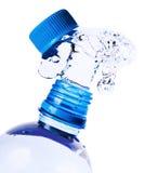 Spruzza dell'acqua da una bottiglia Immagine Stock