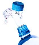Spruzza dell'acqua da una bottiglia Fotografia Stock