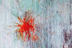 Spruzza e punti di pittura su una parete ripugnante ruvida fotografia stock