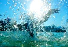 Spruzzando in acqua Fotografia Stock Libera da Diritti