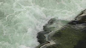 Spruzzando acqua corrente sopra una diga archivi video